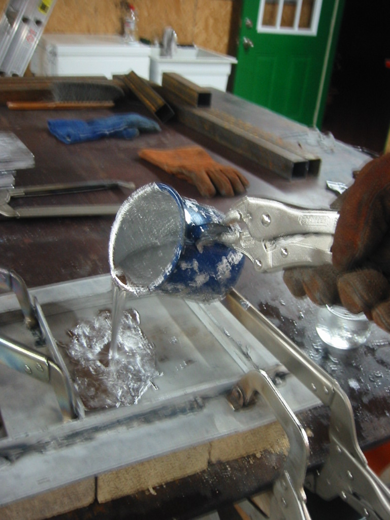 (3) Pouring lead into the mold.